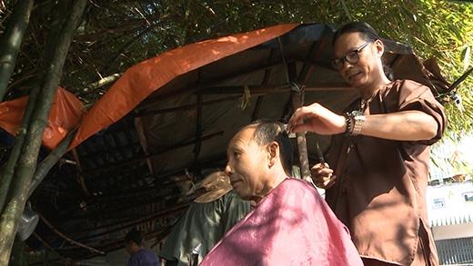 Đạo diễn Trần Lực trổ tài cắt tóc - Tin sao Viet - Tin tuc sao Viet - Scandal sao Viet - Tin tuc cua Sao - Tin cua Sao