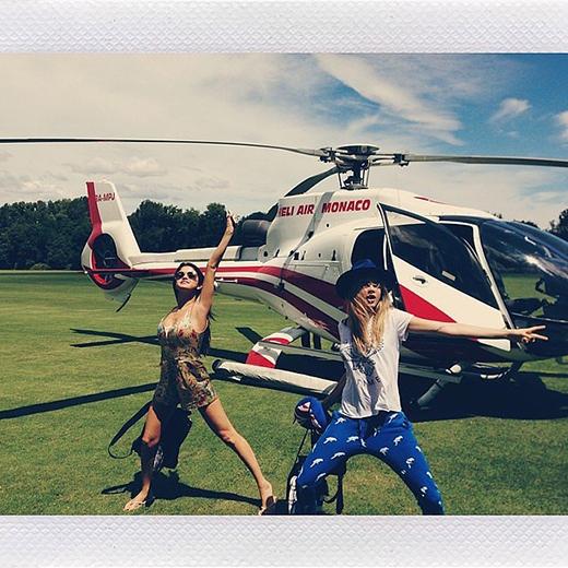 Selena Gomez nhắng nhít chuẩn bị cho kì nghỉ sinh nhật lớn của mình cùng với Cara Delevingne.