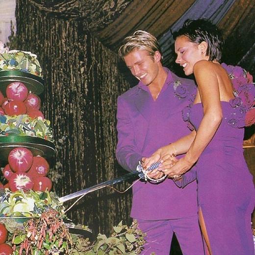 Victoria Beckham chia sẻ bức ảnh cũ của mình và chồng David Beckham để kỉ niệm 15 năm ngày cưới.
