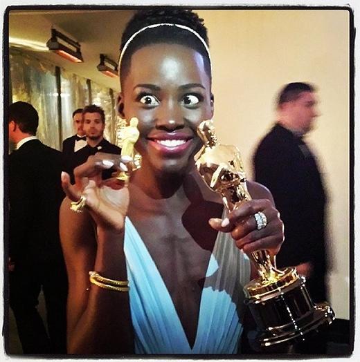 Nữ diễn viên Lupita Nyong'o ăn mừng chiến thắng Oscar của mình bằng bức ảnh nhí nhố.