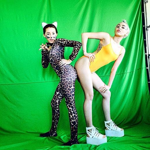 Miley Cyrus hóa trang và chụp ảnh cùng em gái Noah của mình.