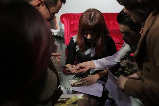 Trần Thu Hà tranh thủ ký tặng người hâm mộ - Tin sao Viet - Tin tuc sao Viet - Scandal sao Viet - Tin tuc cua Sao - Tin cua Sao