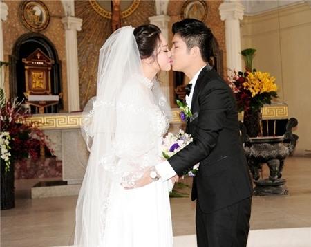 Chú rể sung sướng trao cô dâu nụ hôn ngọt ngào dưới sự chứng kiến của mọi người. - Tin sao Viet - Tin tuc sao Viet - Scandal sao Viet - Tin tuc cua Sao - Tin cua Sao