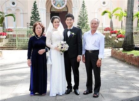 Cô dâu và chú rể chụp ảnh cùng bố mẹ đỡ đầu của cả hai trước khi bước vào nhà thờ làm nghi lễ. - Tin sao Viet - Tin tuc sao Viet - Scandal sao Viet - Tin tuc cua Sao - Tin cua Sao