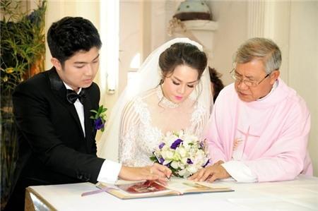 Cô dâu và chú rể cùng ký vào sổ gia đình công giáo, cả hai được công nhận nên duyên vợ chồng. - Tin sao Viet - Tin tuc sao Viet - Scandal sao Viet - Tin tuc cua Sao - Tin cua Sao