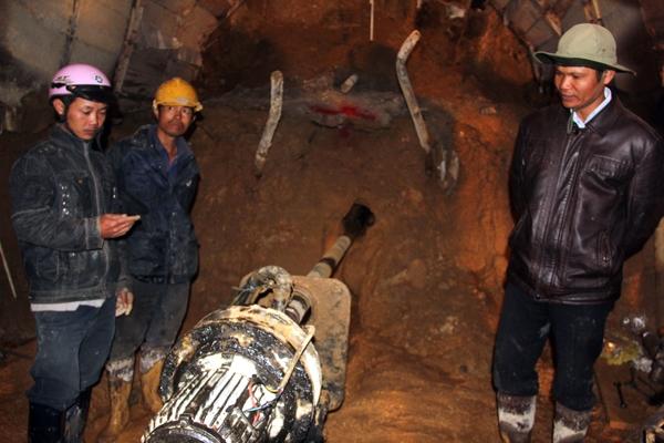 Mũi khoan phía sau hầm đã đi được 37 m. Ảnh: Phước Tuấn