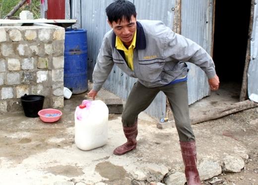 Hàng ngày, các đồng nghiệp của họ ở công ty Sông Đà 505 mang sữa, nước gừng, say nhuyễn cháo gà rồi truyền qua ống nhựa để những người bị kẹt cầm cự trong thời gian chờ được cứu ra ngoài.