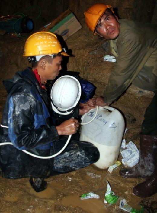 Cứ 4 tiếng, thức ăn và nước uống sẽ được chuyển vào cho các nạn nhân.
