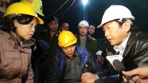 Phó chủ tịch tỉnh Lâm Đồng Nguyễn Văn Yên họp bàn cách đưa thư cho các công nhân mắc kẹt.