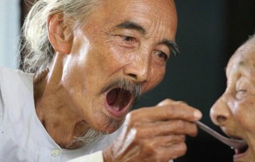 Cụ Trần Thị Nguy ở xã An Thạnh, huyện Thạnh Phú, tỉnh Bến Tre năm nay đã 113 tuổi. Người chăm sóc cho cụ Nguy từng miếng ăn, giấc ngủ mấy chục năm nay là con út Nguyễn Văn Đức 85 tuổi và con dâu Phạm Thị Trừ cũng đã bước sang tuổi 75.