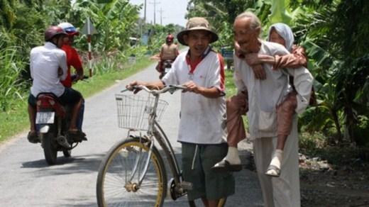 Lúc thấy khỏe trong người, cụ Nguy bảo con cõng đi một vòng quanh xóm thăm hỏi người quen