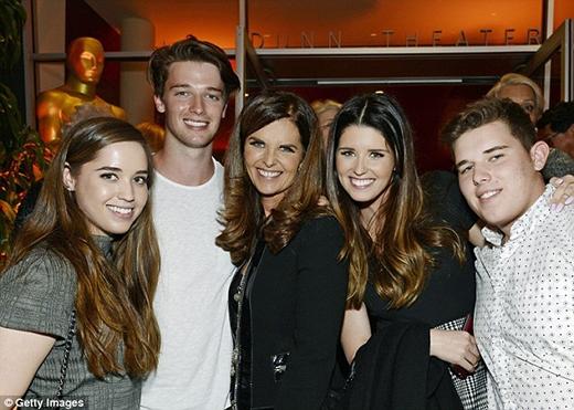 Patrick cùng mẹ Maria, chị gái Katherine, Christina, và em trai Christopher