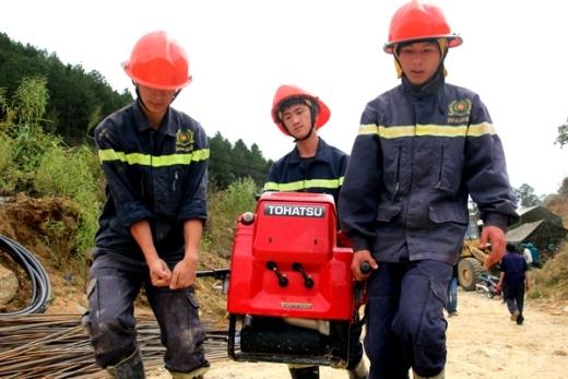 Tiếp tục huy động máy bơm vào trong hầm để hút nước ở khu vực cứu hộ, tạo thuận lợi cho đào hầm. Ảnh: Phước Tuấn