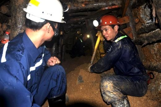 Cứu hộ đang đào ngách hầm tiến vào giải cứu 12 công nhân mắc kẹt. Ảnh: Phước Tuấn