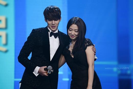 Kim Woo Bin 'thận trọng' khi nhắn tin cho Park Shin Hye