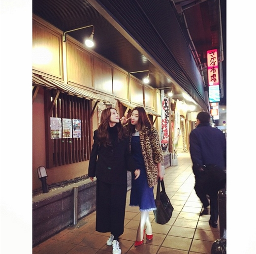 Dara thích thú dạo phố Fukuoka cùng Minzy: Fukuoka! Trái tim tôi đang rung lên vì nơi này. Bắt đầu tìm kiếm những nhà hàng ngon thôi nào.