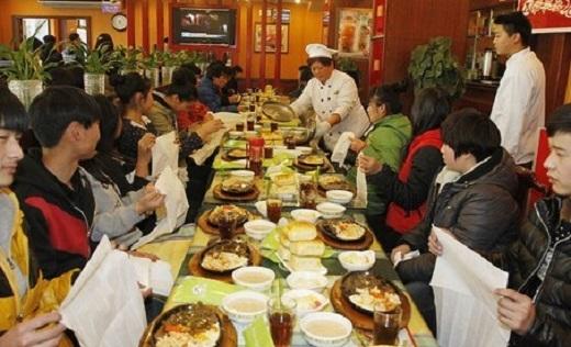 Bữa ăn miễn phí của hiệu trưởng trường người ta khiến dân mạng ganh tị