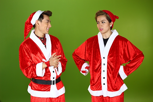 Nhưng có vẻ tội nghiệp choGil Lê, khi túi quà ấy gần như không phải dành cho cô nàng. Thay vào đó, một bà già Noel đã xuất hiện tai trường quay WE10 và mang đến cho khán giả chương trình những giai điệu Giáng Sinh rộnràng nhất.