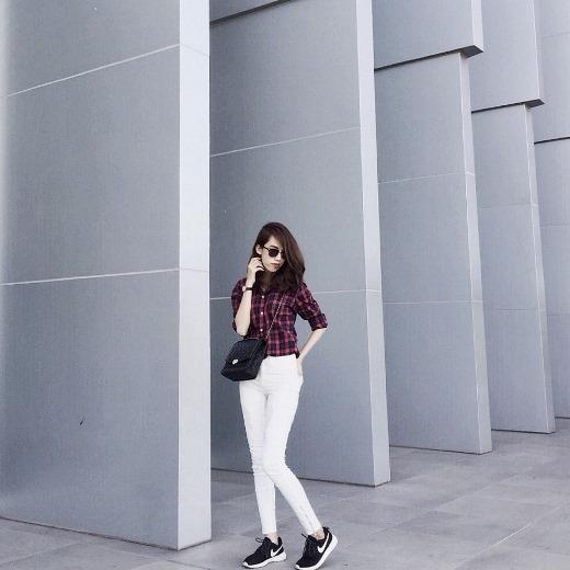 Áo sơ mi caro và jeans trắng trông đỡ nghiêm túc hơn khi cô bạn Pipi Anh Thư chọn đi cùng với giày thể thao