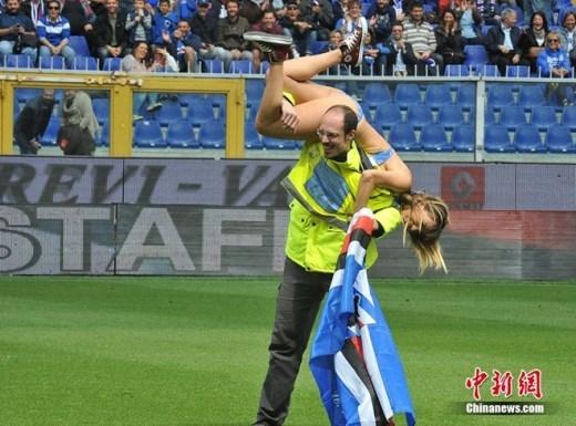 Trong trận đấu giữa Sampdoria và Napoli vào ngày 11/5, một CĐV nữ lao vào sân. Nhân viên an ninh buộc phải sử dụng giải pháp vác fan cuồng này khỏi sân.
