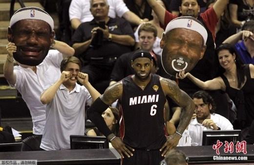 Tại chung kết giải NBA, CĐV của Spurs mang hình nộm gương mặt khóc trêu James bên phía Miami Heat. Trong loạt trận này, Spurs giành chiến thắng với tỷ số 4-1 vào ngày 15/6.