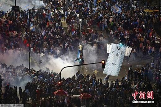 Sau trận Argentina thua Đức ở chung kết World Cup 2014 vào ngày 13/7, người hâm mộ đội tuyển xứ sở tango tại Buenos Aires tức giận do đội nhà thua cuộc, dẫn đến đụng độ với cảnh sát. Lực lượng an ninh quyết định sử dụng hơi cay để giải tán đám đông.