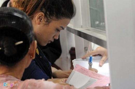 Chị Vân xuất hiện tại bệnh viện Từ Dũ để làm các thủ tục chứng nhận mình là mẹ của bé trai bị bỏ rơi Đinh Gia Huy (20 tháng tuổi).