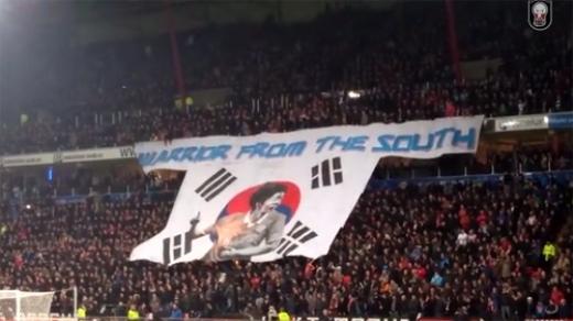 Băng-rôn tri ân chiến binh Park Ji Sung của cổ động viên PSV.