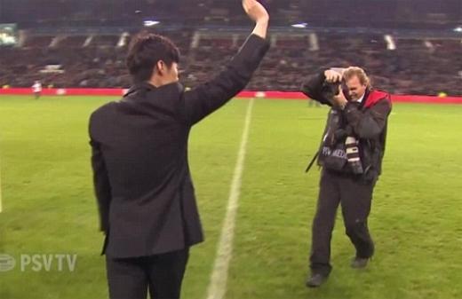 Park vẫy chào các CĐV đội bóng cũ. Ảnh chụp màn hình.