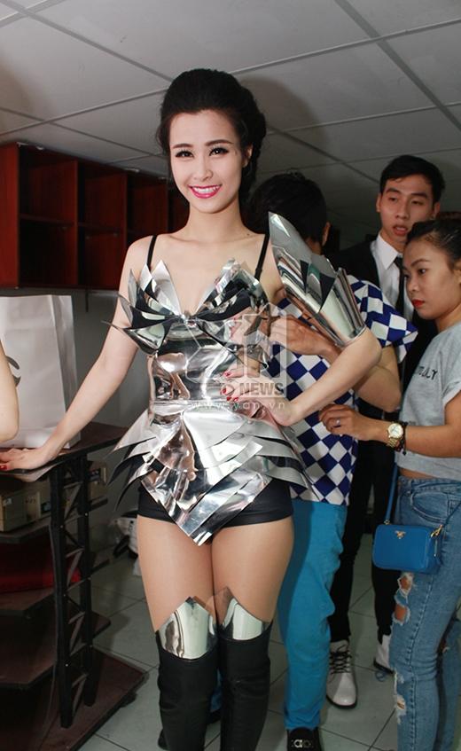Bộ trang phục cho đêm diễn này cũng là lần đầu Đông Nhi trình làng với khán giả. - Tin sao Viet - Tin tuc sao Viet - Scandal sao Viet - Tin tuc cua Sao - Tin cua Sao