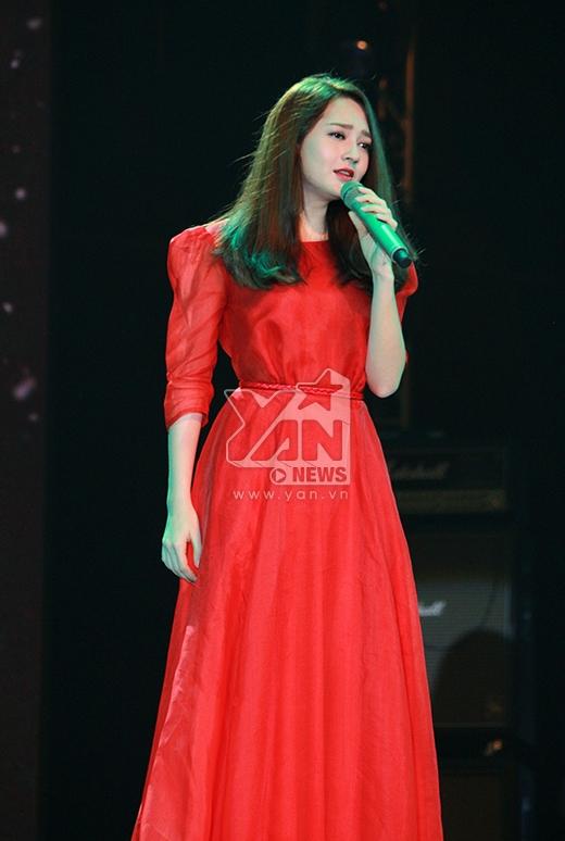 Bảo Anh nổi bật với chiếc váy đỏ rực thể hiện ca khúc Anh muốn em sống sao. - Tin sao Viet - Tin tuc sao Viet - Scandal sao Viet - Tin tuc cua Sao - Tin cua Sao