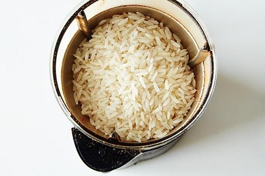 10. Gạo rất hữu ích để làm sạch máy xay cà phê. Cho gạo trắng chưa nấu chín vào xay nát thành bột, sau đó lấy ra và dùng giẻ ướt để lau sạch máy xay. Gạo sẽ giúp hấp thụ dầu và những mùi cà phê còn sót lại.