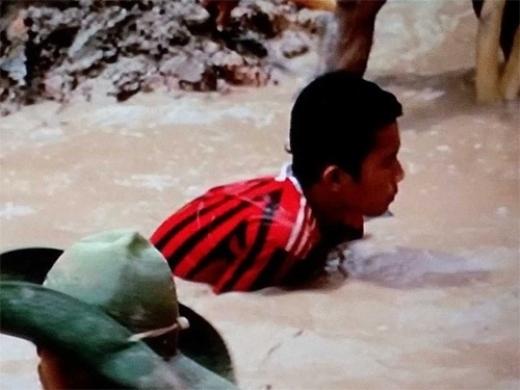Trẻ em mò quặng trong bùn lầy để cung cấp nguyên liệu thô cho iPhone.