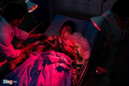 Các bác sĩ đang sưởi ấm cho nạn nhân nữ duy nhất. Ảnh: Hải An.