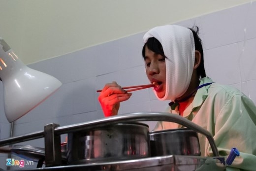 Bữa cơm đầu tiên của anh Quang sau 4 ngày trong hầm tối. Ảnh: Hải An.