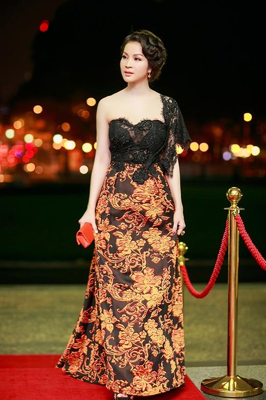 MC Thanh Mai xuất hiện lộng lẫy trên thảm đỏ với bộ đầm lệch vai hoa tiết ren - Tin sao Viet - Tin tuc sao Viet - Scandal sao Viet - Tin tuc cua Sao - Tin cua Sao