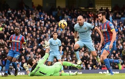 Man City (xanh) gây sức ép không đủ mạnh trong hiệp một. Ảnh: AFP.