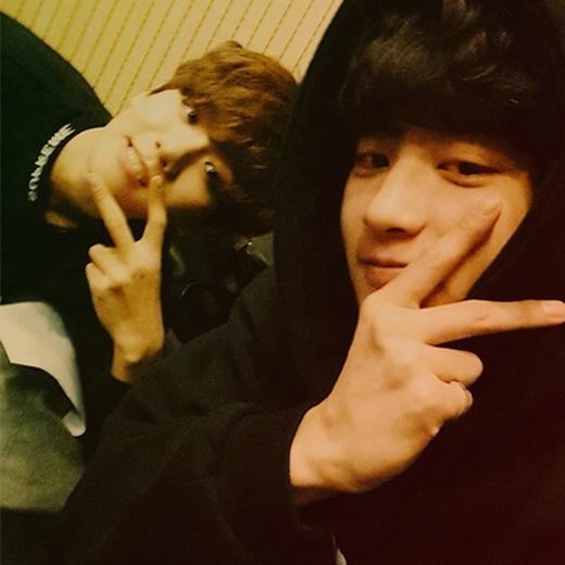 Chanyeol nhí nhố tạo dáng bên Baekhyun và hình ảnh hai anh chàng khiến fan vô cùng thích thú