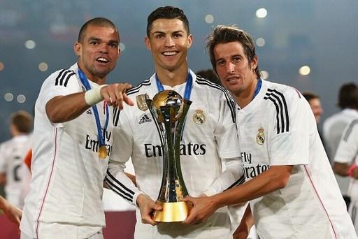 Ronaldo bên chiếc cúp vô địch Club World Cup 2014.