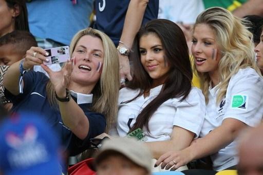 Bà xã Debuchy (trái) từng cùng các nàng WAGs của ĐT Pháp đến Brazil cổ vũ cho đội nhà ở World Cup 2014.