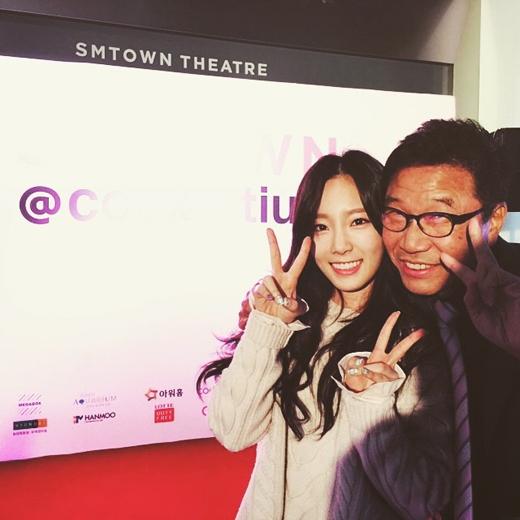 Taeyeon nhí nhảnh bên thầy Lee Soo Man