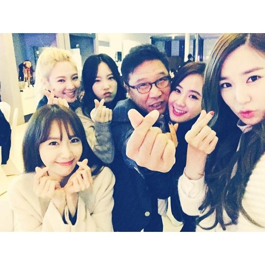 Hình ảnh SNSD chụp cùng Lee Soo Man cũng nhận được nhiều sự chú ý của fan
