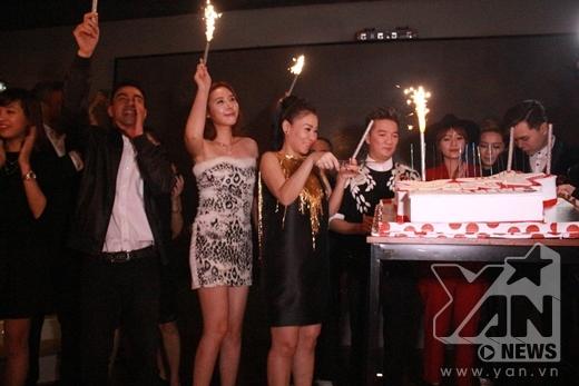 Thu Minh cùng các anh chị em nghệ sĩ đã lên sân khấu để hát chúc mừng sinh nhật YAN News tròn 2 tuổi. - Tin sao Viet - Tin tuc sao Viet - Scandal sao Viet - Tin tuc cua Sao - Tin cua Sao