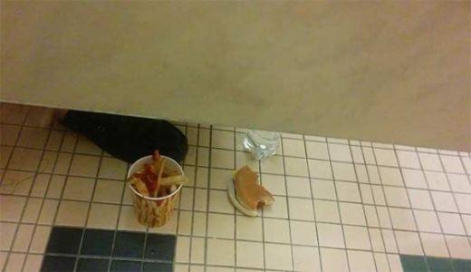 Vừa đi vệ sinh, vừa thưởng thức ẩm thực
