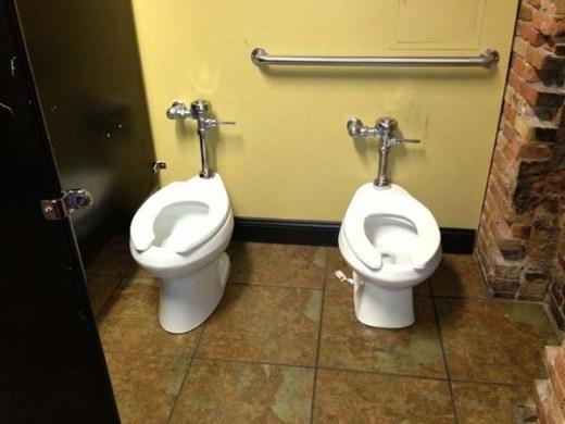 Đây chắc là nhà vệ sinh dành cho một đôi bạn thân