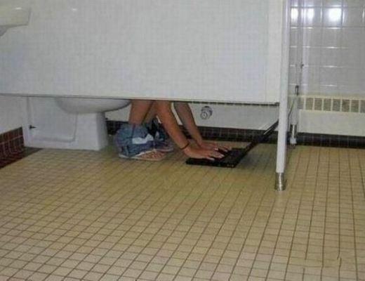 Một cách tuyệt vời để vừa đi vệ sinh vừa làm việc