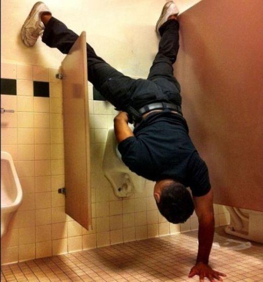 Đi vệ sinh phong cách hiphop