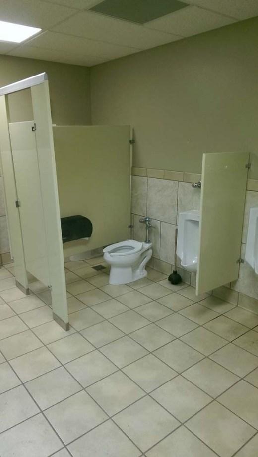 Buồng vệ sinh này thật kín đáo