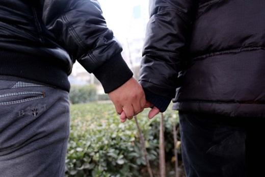Xie Liang, một người lưỡng tính, nắm chặt lấy tay bạn trai. Xie là tình nguyện viên của một trung tâm kiểm soát dịch bệnh địa phương. Công việc của người đàn ông này là đưa những người quen thuộc giới thứ ba tới trung tâm làm xét nghiệm HIV.