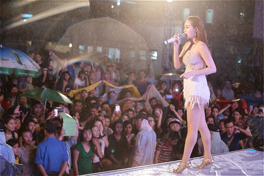 Minh Hằng đội mưa trao xe cho sinh viên - Tin sao Viet - Tin tuc sao Viet - Scandal sao Viet - Tin tuc cua Sao - Tin cua Sao